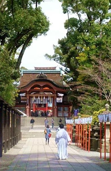 山上にある美しい社殿……日本三大八幡宮の一つだそうです。