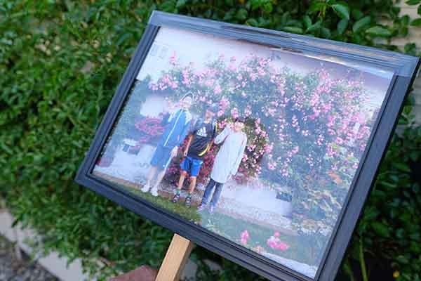毎年、壁に這わせた見事なツルバラの前で記念写真を撮るのを楽しみにしている子どもたち。