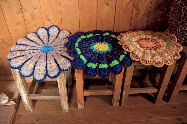 中/ドライフラワーなどの教室も開催。下/佐々木さんが編んだ手編みのマット。