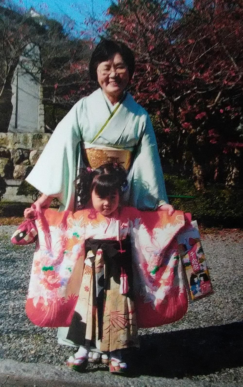 孫の三歳の七五三です。一つ身の上前にシミがありました。そこで大叔母の留袖で袴を作り、 シミを隠しました