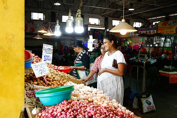 スリランカでは店主とおしゃべりしながら買い物する風景がまだあちこちにある