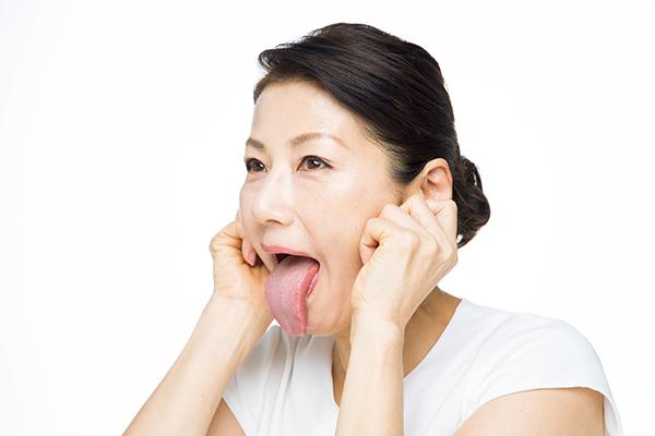大きく口を開け、「べー」と舌を出します。