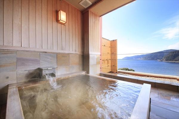 木の香りが清々しい「亜麻」の部屋の檜風呂ー赤沢日帰り温泉館