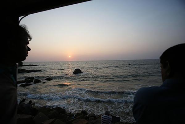 開け放たれた乗車口から見えた夕日