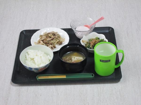 ある日の夕食。ごはん一膳、白菜と豆腐の味噌汁、肉としめじの炒め物、ホウレンソウのお浸し、ヨーグルト