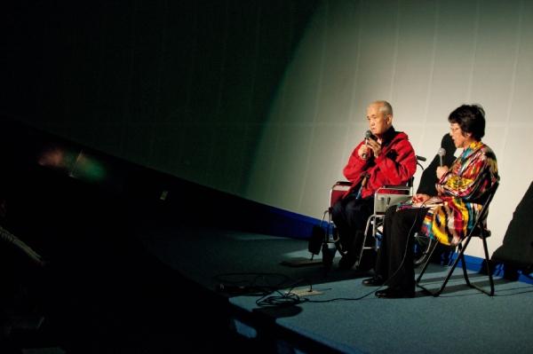 永さんと内藤さんが続けた「いのちの旅」。対談では医療のみならず政治、教育などさまざまな切り口からいのちを見つめました(2012年4月、甲府市。内藤さん提供)