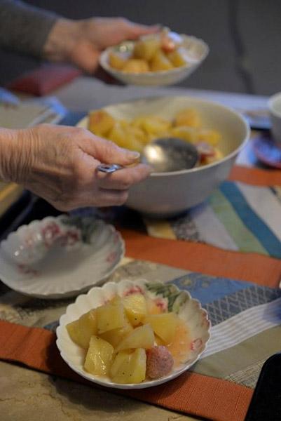 こちらはリンゴにブラックペッパーをふり、砂糖は加えずに鍋にふたをして煮たスイーツ。