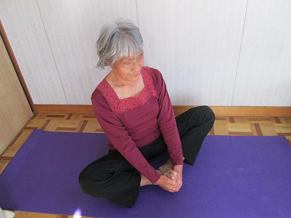 テレビや雑誌から取り入れたストレッチは足。腰痛、背中の痛みにいい結果を出します。