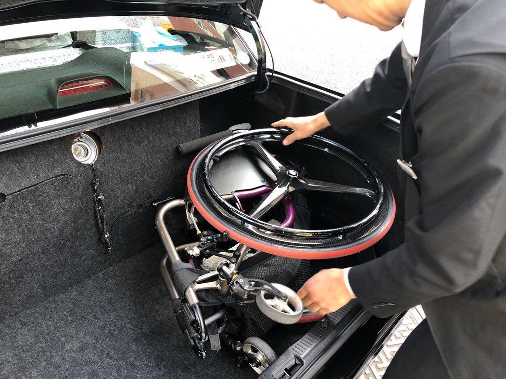 車いすはトランクに入ります。トランクを閉めるためには、車いすのハンドグリップをトランク右奥のくぼみに収めるのがコツです。