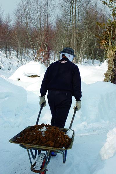 深い雪に覆われる冬も、武市 さんは毎日庭仕事を続けます