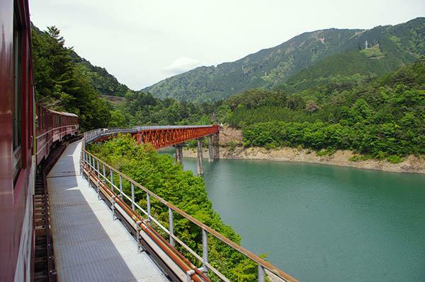 湖の上に浮かぶ秘境駅・奥大井湖上駅へ