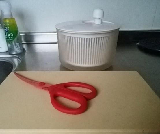 肉を切る用のキッチンバサミと、サラダスピナー