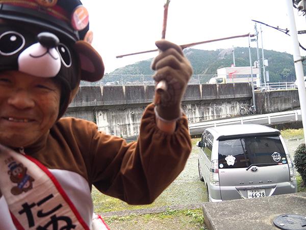 「たぬき駅長」に扮した井上さんと窓越しにハイタッチ