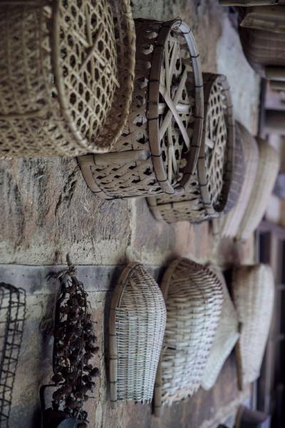 台所から風呂場に続く軒下の土壁に並べられたさまざまなかごは、すべて現役。阿部家の蔵や松場家の蔵から出てきたものだとか