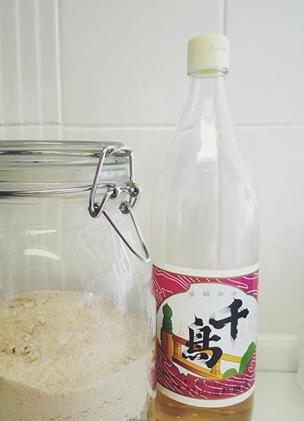 鍋に赤しそ液を戻して砂糖と酢を入れかき混ぜる。