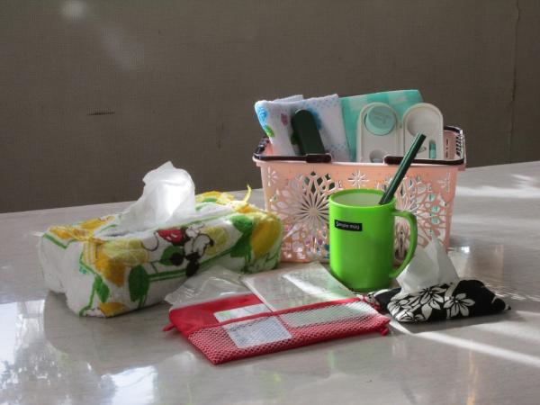 100円ショップで用意した物 洗面道具一式、箸、ふきん、タオル、コップ、テッシュ一箱。