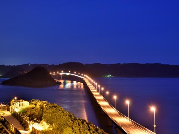 夜の角島大橋。照明も景観を配慮した造り
