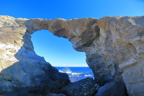 高さ8×幅6メートルのメガネのような穴から広大な海を眺めてみて
