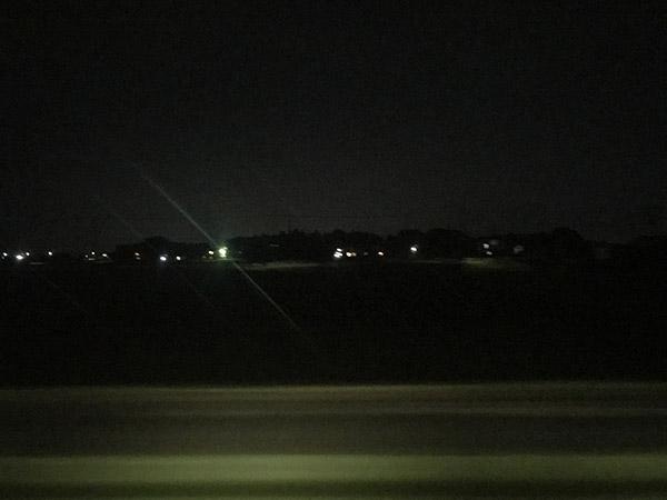 列車は夜の中を走る)