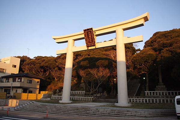 朝日に照らされる大洗磯前神社入り口の鳥居
