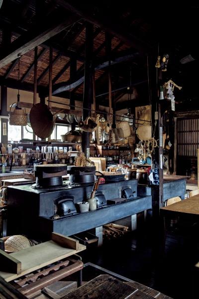「他郷阿部家」の顔、台所。修復して使い続けている道具があちこちに。3台あるかまども健在。かまどの神様へのお供えも忘れず。