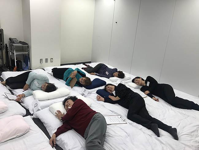 シニア女性の枕