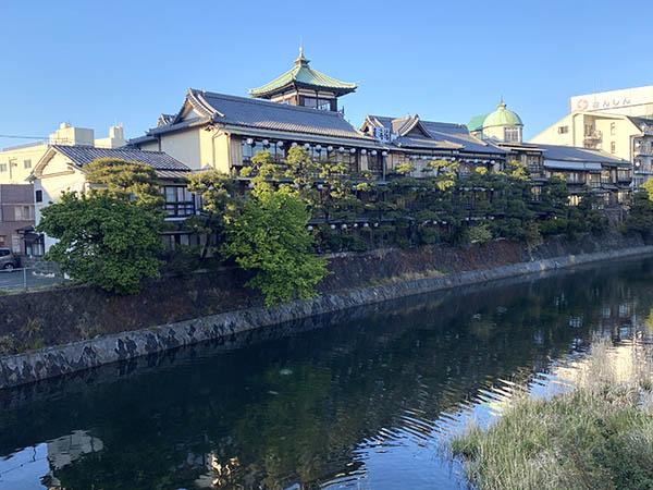 川の向こうの建物が東海館