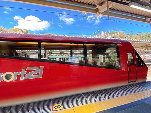 キンメ電車の先頭・最後尾は座席に傾斜がある展望室車両