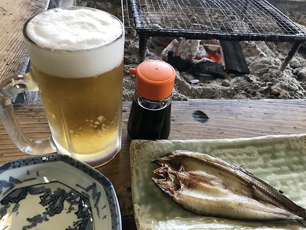 温泉に入ったあとの生ビール。鮎の干物をつまみに