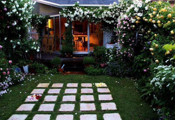 庭は、夕暮れと共に静けさが訪れます