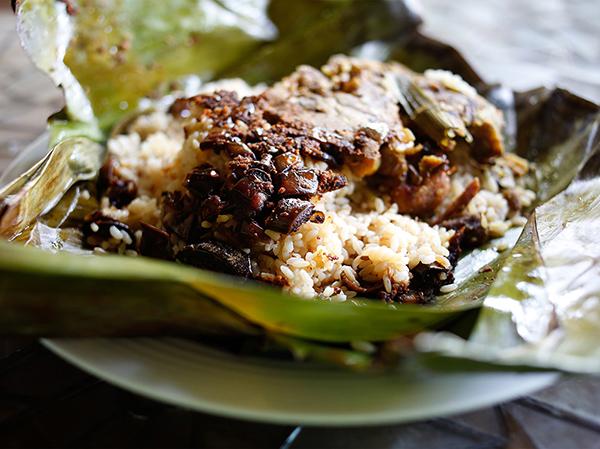 植民地時代に伝わったオランダのお弁当「ランプライス」ご飯とおかずをバナナリーフに包んで加熱する