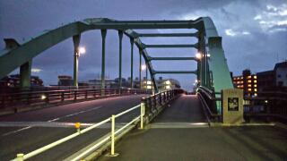 朝の新河岸川の橋