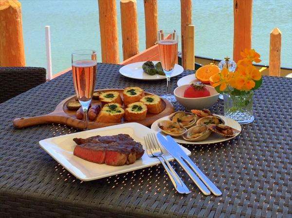 夕食は、肉厚でジューシーなステーキがメインの本格的なアメリカンGBQ(グランバーベキュー)