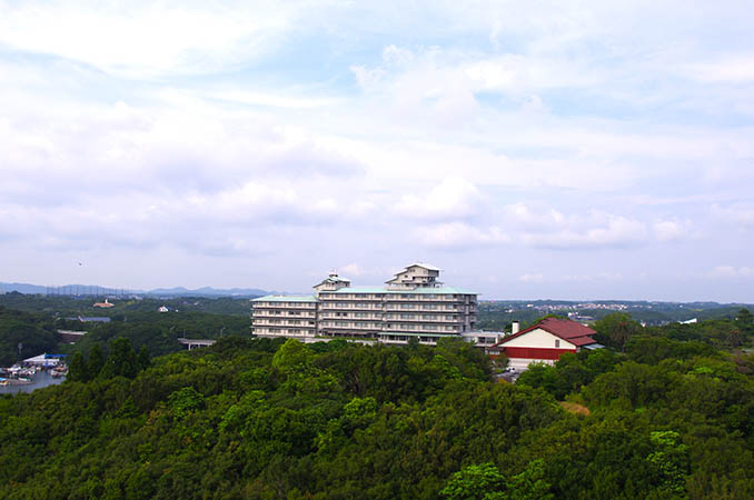 「ザ ベイスイート」の屋上庭園から見た志摩観光ホテル