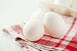 卵のサイズは黄身の大きさに比例する?