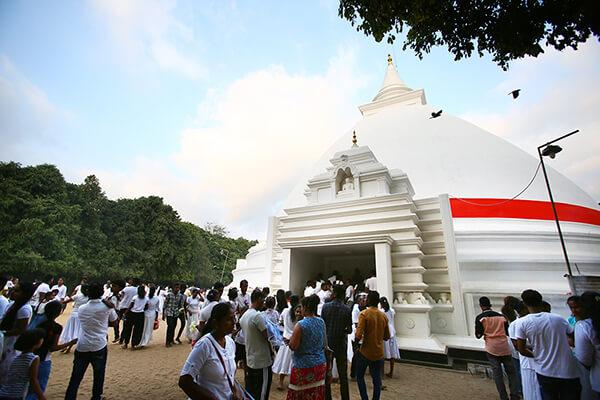 白く大きな仏塔、一周しながらお祈りを捧げる