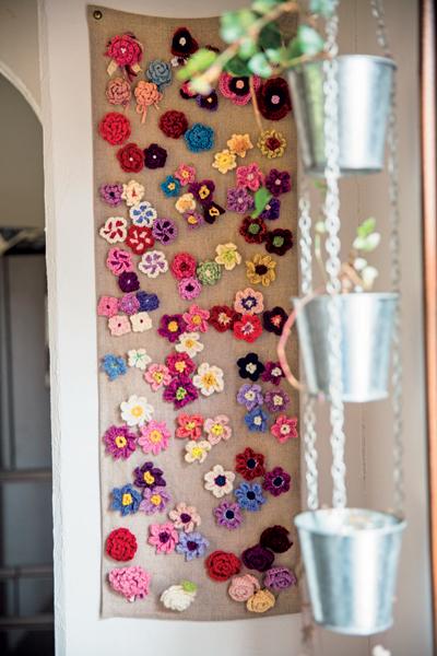 参加者に配られる花のブローチは舞さん手作り。