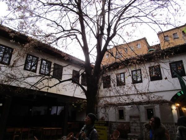 キャラバンサライ。遠く旅をしてきた隊商が宿屋の中庭にラクダをつないでいたであろう古い宿屋の建物が今も残る。