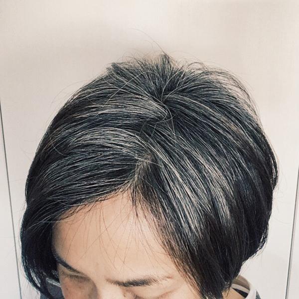 モデル青木沙織里さんのグレイヘアの移行中の髪