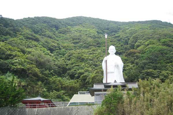 室戸青年大師像。弘法大師・空海が修行したと言われる室戸岬に建つ