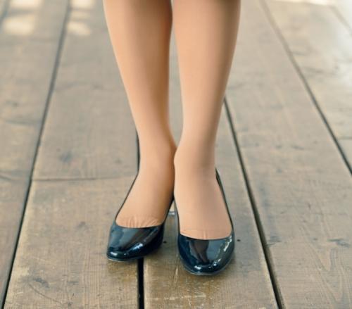 濃い色&薄手ストッキングで脚がすらり