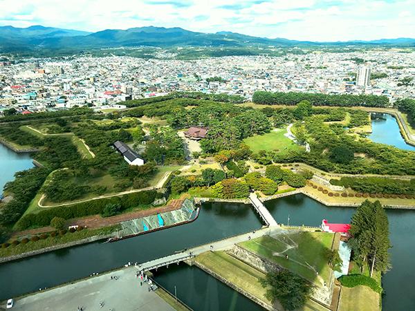展望台からの五稜郭。中心に見えるのが再建された函館奉行所