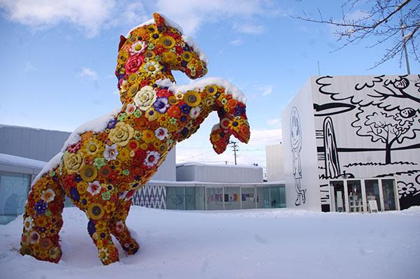 十和田市現代美術館入り口付近。左/チェ・ジョンファ フラワー・ホース 右・ポール・モリソン オクリ