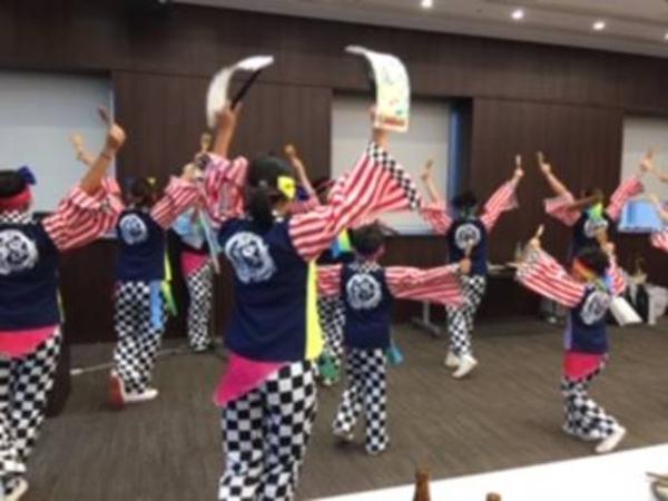 夜の親睦会で地元岡山の踊りが披露されました