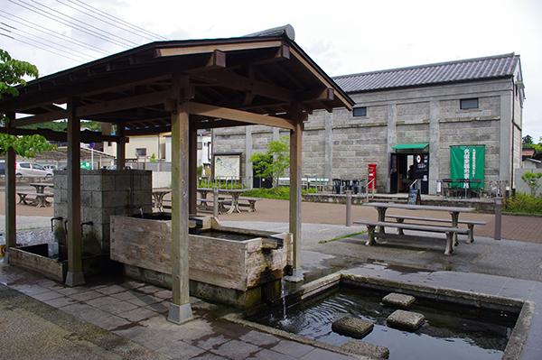 水くみ広場の奥に見える建物が久留里観光交流センター