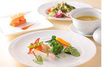 昼食はホテル椿山荘東京内「ザ・ビストロ」にて
