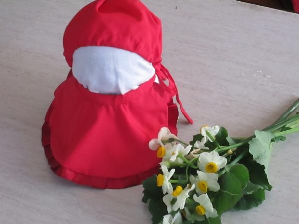 水子地蔵様に、私の手作りの赤い帽子とよだれ掛けを奉納します。