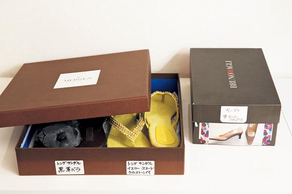 クローゼット収納のアイデア(1) 靴の形、色はラベルや写真で管理。皿の空き箱も活用。