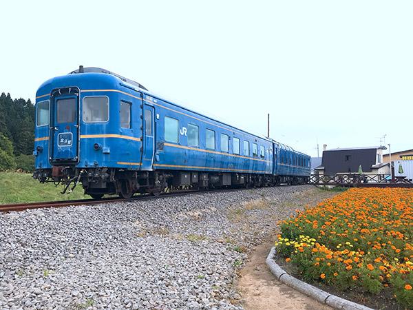 茂辺地駅に保存展示されている北斗星車両