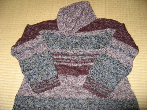 裾広がりのセーターと帽子
